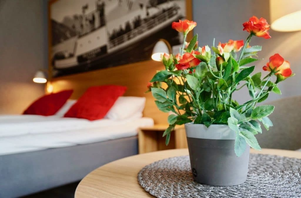 Valldal Fjordhotell room flower review