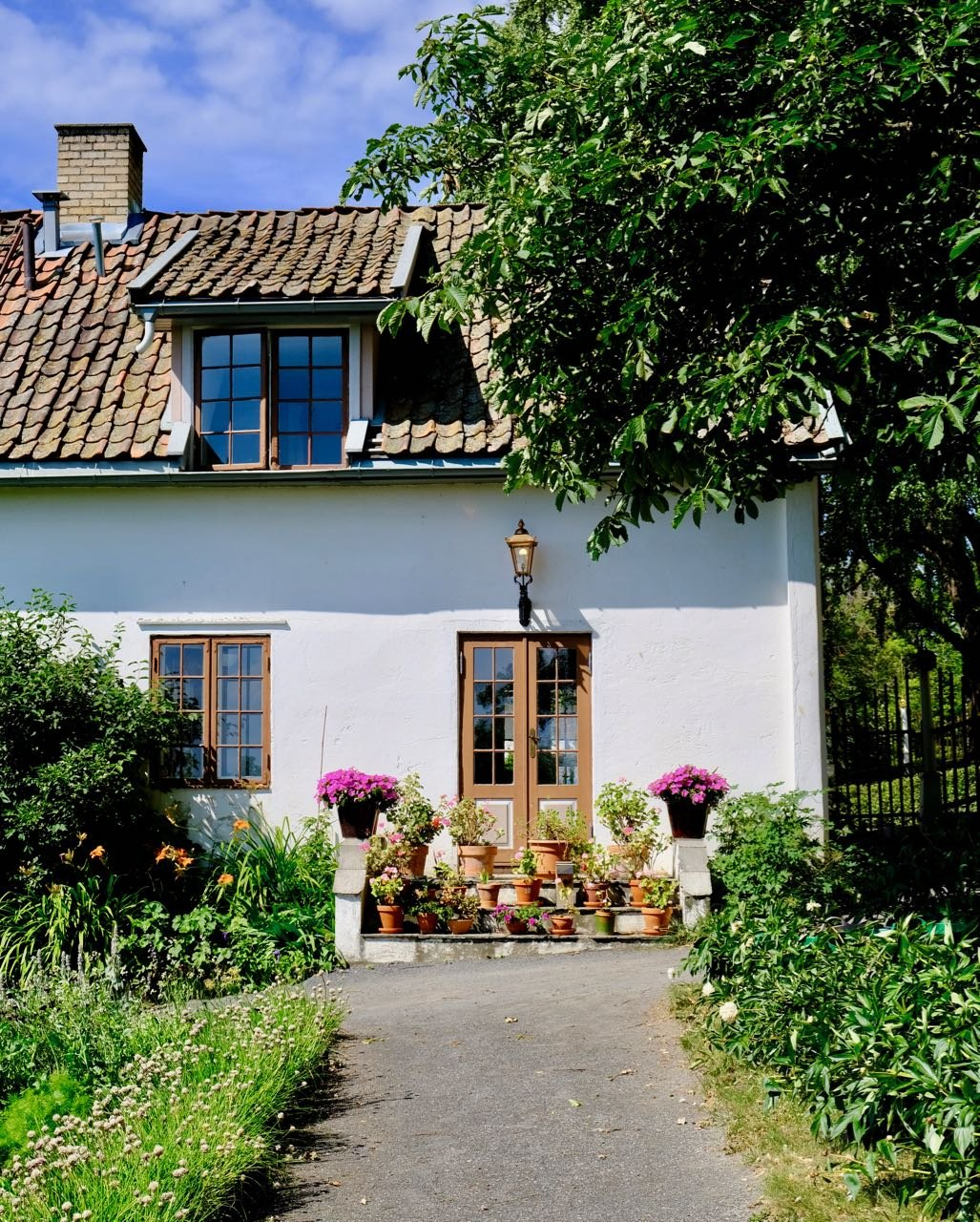 Helgøya Hovelsrud farm historic garden pots flowers review