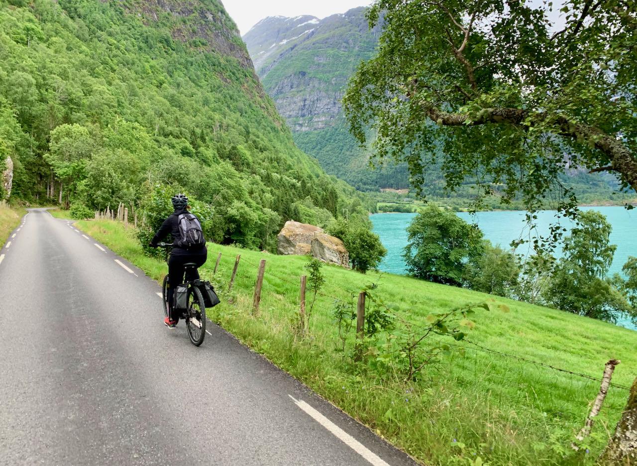 Biking Lovatnet