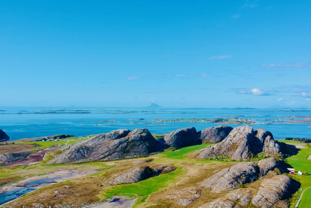 HERØY (Norwegian Scenic Route Helgelandskysten): The archipelago along the Helgeland coast offers great conditions for cycling with its low-traffic roads.